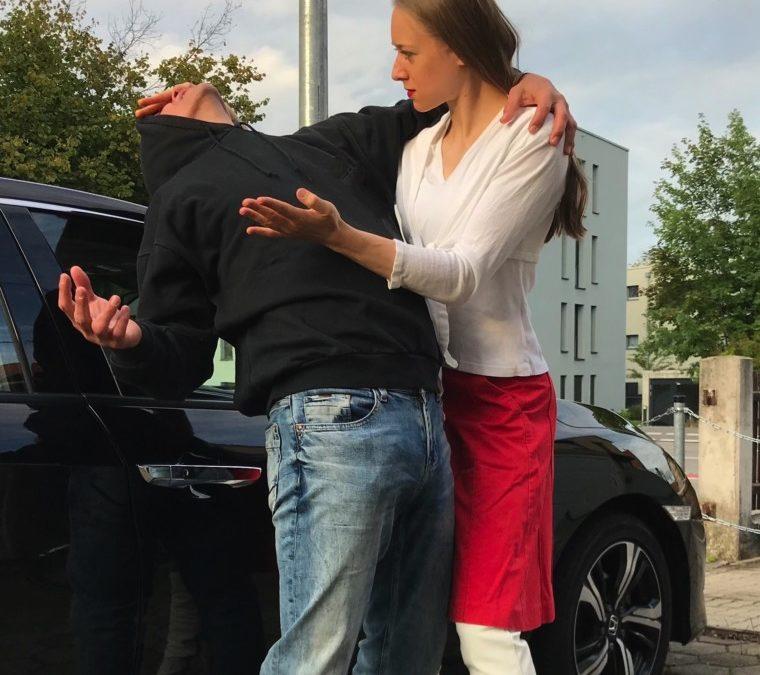 Frau wehrt sich gegenüber körperlicher Gewalt