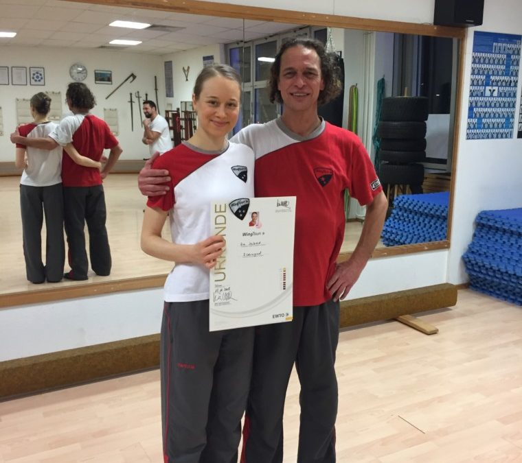 Eva Seibold bekommt den 3. Lehrergrad im WingTsun KungFu verliehen